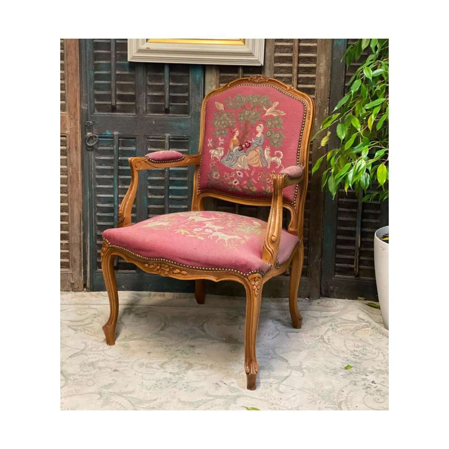 A gorgeous rose pink colour with 2 scenes on the back rest